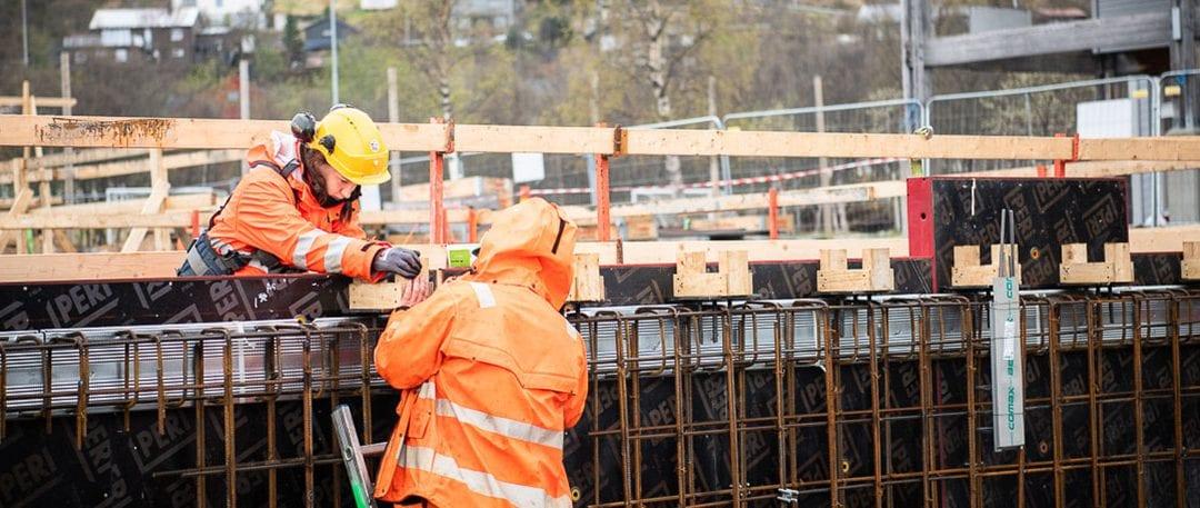 Fagarbeidere tømmer og betong