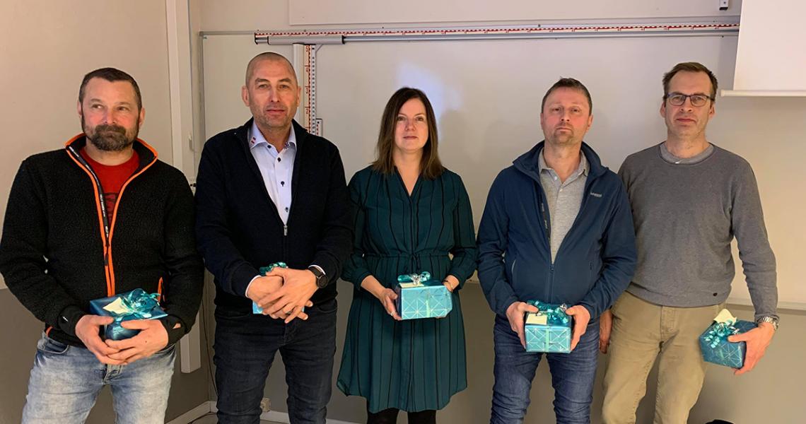Bilde av 5 personer som har fått hver sin pakke