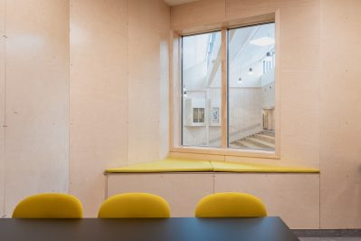 Stokmarknes Skole rom med vindu til annet rom