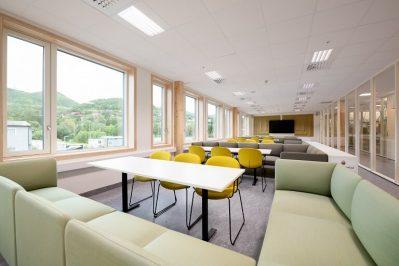 Stokmarknes Skole rom med stoler, sofa og bord